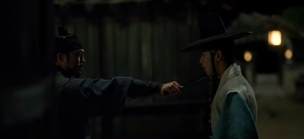 Tân Binh Học Sử Goo Hae Ryung: Cha Eun Woo trổ tài bắn cung trước mặt Shin Se Kyung, ai dè chỉ là múa rìu qua mắt thợ - Ảnh 1.