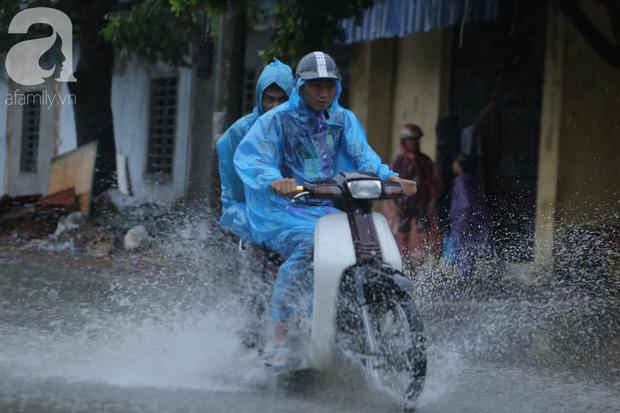 KHẨN CẤP: Bão số 3 giật cấp 12 tiến sát đất liền, Hà Nội và các tỉnh Bắc Bộ đang mưa lớn, gió lốc mạnh - Ảnh 2.