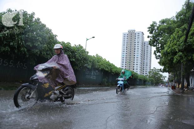 KHẨN CẤP: Bão số 3 giật cấp 12 tiến sát đất liền, Hà Nội và các tỉnh Bắc Bộ đang mưa lớn, gió lốc mạnh - Ảnh 13.