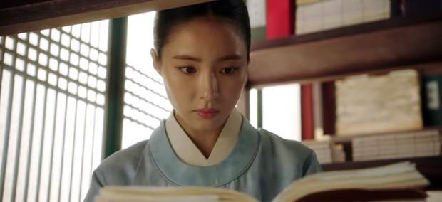 Tân Binh Học Sử Goo Hae Ryung: Cha Eun Woo trổ tài bắn cung trước mặt Shin Se Kyung, ai dè chỉ là múa rìu qua mắt thợ - Ảnh 4.