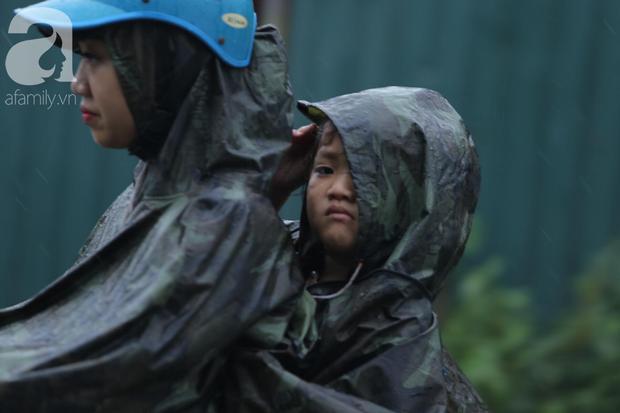KHẨN CẤP: Bão số 3 giật cấp 12 tiến sát đất liền, Hà Nội và các tỉnh Bắc Bộ đang mưa lớn, gió lốc mạnh - Ảnh 3.
