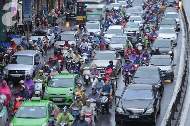 KHẨN CẤP: Bão số 3 giật cấp 12 tiến sát đất liền, Hà Nội và các tỉnh Bắc Bộ đang mưa lớn, gió lốc mạnh - Ảnh 4.