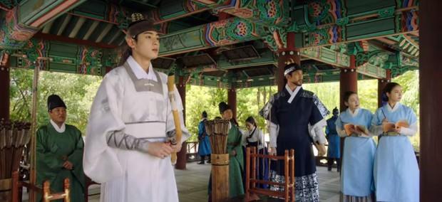 Tân Binh Học Sử Goo Hae Ryung: Cha Eun Woo trổ tài bắn cung trước mặt Shin Se Kyung, ai dè chỉ là múa rìu qua mắt thợ - Ảnh 7.