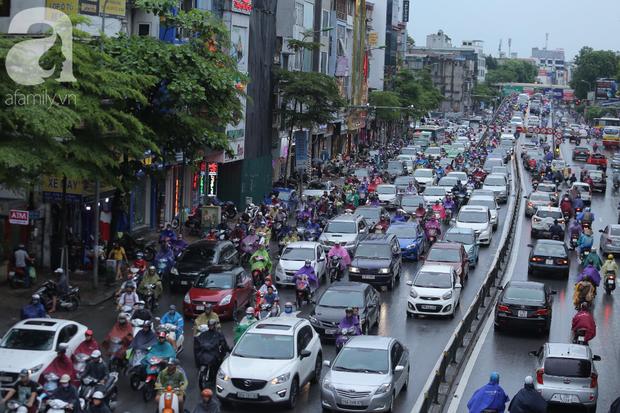 KHẨN CẤP: Bão số 3 giật cấp 12 tiến sát đất liền, Hà Nội và các tỉnh Bắc Bộ đang mưa lớn, gió lốc mạnh - Ảnh 7.
