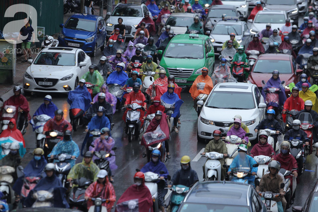 KHẨN CẤP: Bão số 3 giật cấp 12 tiến sát đất liền, Hà Nội và các tỉnh Bắc Bộ đang mưa lớn, gió lốc mạnh - Ảnh 8.