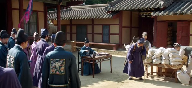 Tân Binh Học Sử Goo Hae Ryung: Cha Eun Woo trổ tài bắn cung trước mặt Shin Se Kyung, ai dè chỉ là múa rìu qua mắt thợ - Ảnh 11.