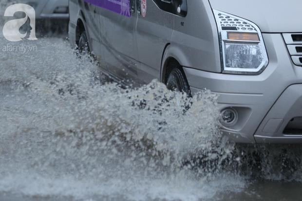 KHẨN CẤP: Bão số 3 giật cấp 12 tiến sát đất liền, Hà Nội và các tỉnh Bắc Bộ đang mưa lớn, gió lốc mạnh - Ảnh 10.