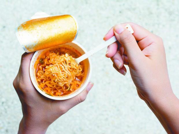 Xơi mấy trăm gói mì trong đời cũng không bằng một lần nhìn Jungkook (BTS) dạy cách ăn cho đúng - Ảnh 2.