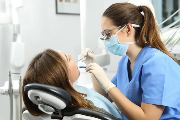 Giơ chiếc điện thoại lên và làm điều này khi đánh răng giúp bạn ngăn ngừa các bệnh về răng miệng hiệu quả - Ảnh 3.