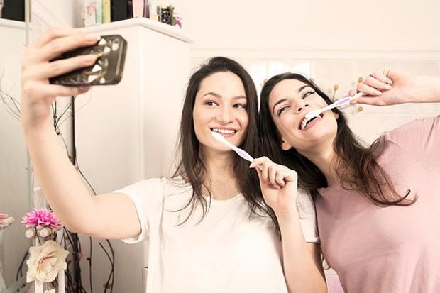 Giơ chiếc điện thoại lên và làm điều này khi đánh răng giúp bạn ngăn ngừa các bệnh về răng miệng hiệu quả - Ảnh 2.