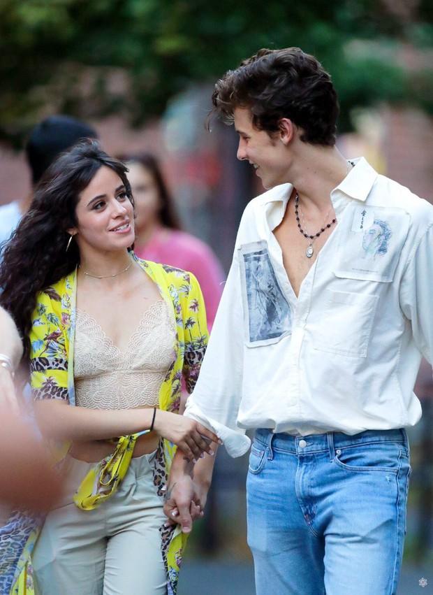 2 ngày mặc lại 1 bộ quần áo, Camila Cabello được cho là đã qua đêm cùng Shawn Mendes, tình cảm ngày càng đi lên - Ảnh 5.
