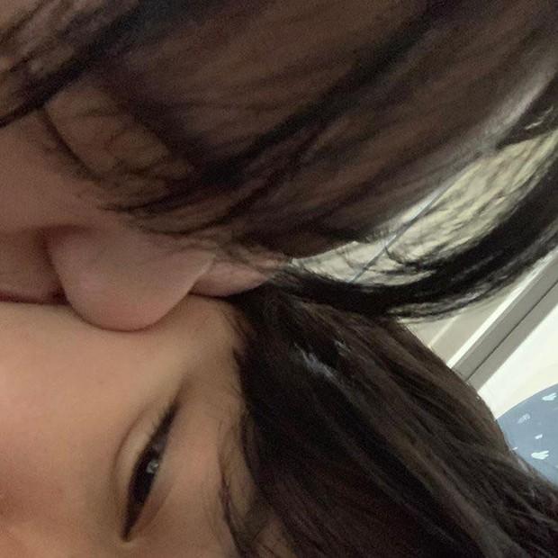 SỐC: Nữ trainee xinh xắn của Idol School công khai ảnh hôn bạn gái, come out trong sự ngỡ ngàng của công chúng - Ảnh 1.