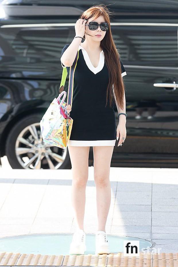 Lâu lắm Park Bom mới đốt mắt fan như thế này tại sân bay: Diện váy cũn cỡn, khoe triệt để vòng 1 khủng - Ảnh 1.