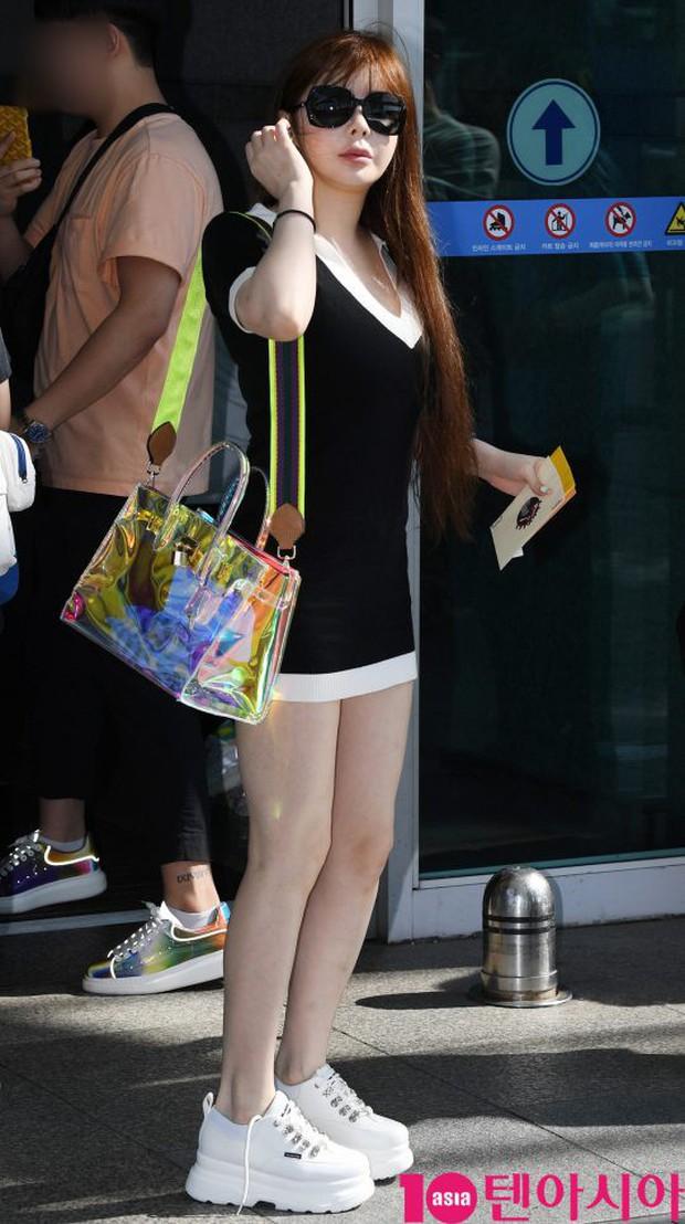 Lâu lắm Park Bom mới đốt mắt fan như thế này tại sân bay: Diện váy cũn cỡn, khoe triệt để vòng 1 khủng - Ảnh 2.