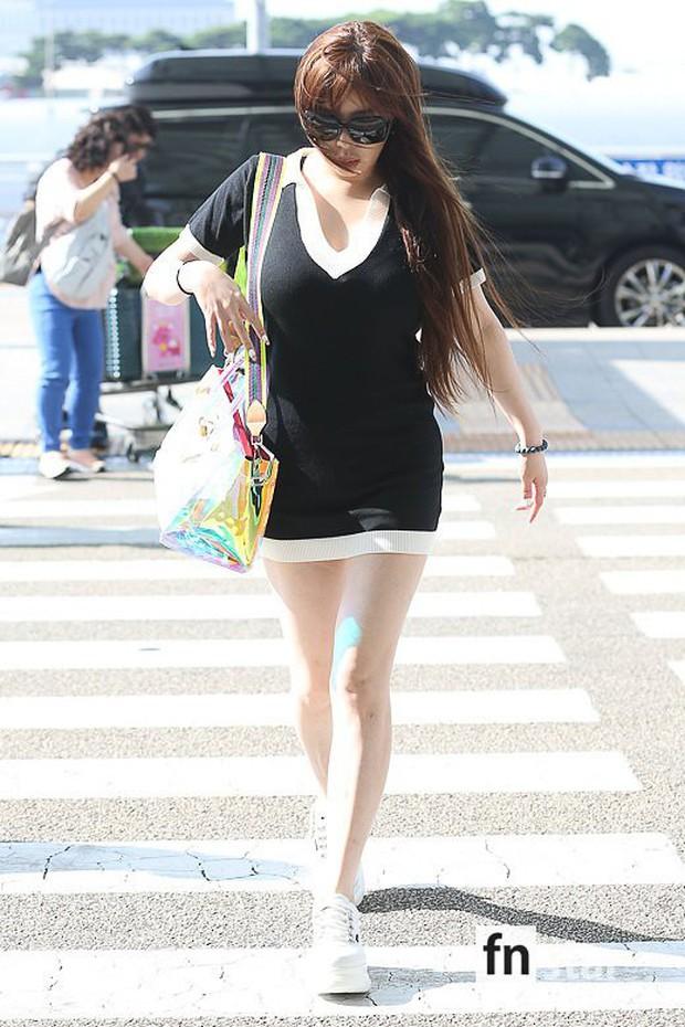 Lâu lắm Park Bom mới đốt mắt fan như thế này tại sân bay: Diện váy cũn cỡn, khoe triệt để vòng 1 khủng - Ảnh 3.