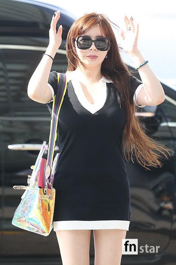 Lâu lắm Park Bom mới đốt mắt fan như thế này tại sân bay: Diện váy cũn cỡn, khoe triệt để vòng 1 khủng - Ảnh 8.