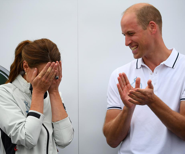 Sự thật đằng sau khoảnh khắc Công nương Kate ôm mặt xấu hổ, Hoàng tử William đứng bên cạnh không thể nhịn cười - Ảnh 2.