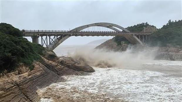 Bão Lekima đổ bộ vào tỉnh Chiết Giang: Hơn 700.000 người phải sơ tán - Ảnh 1.
