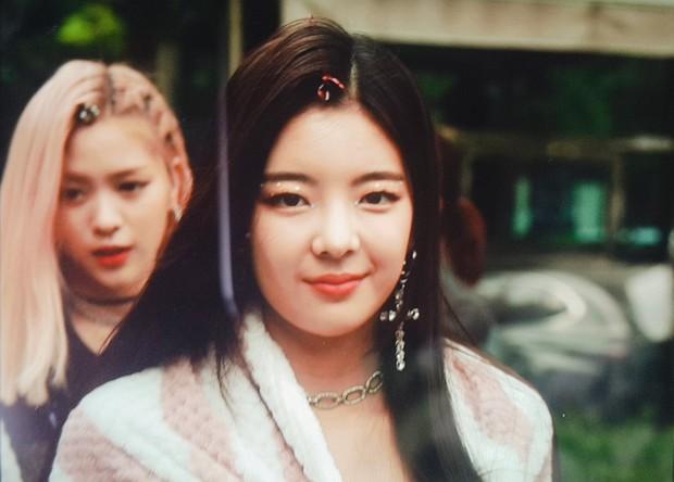 Gửi trọn combo makeup và trang phục khó hiểu cho idol, stylist của Itzy bị netizen kêu trời vì phẫn nộ - Ảnh 4.