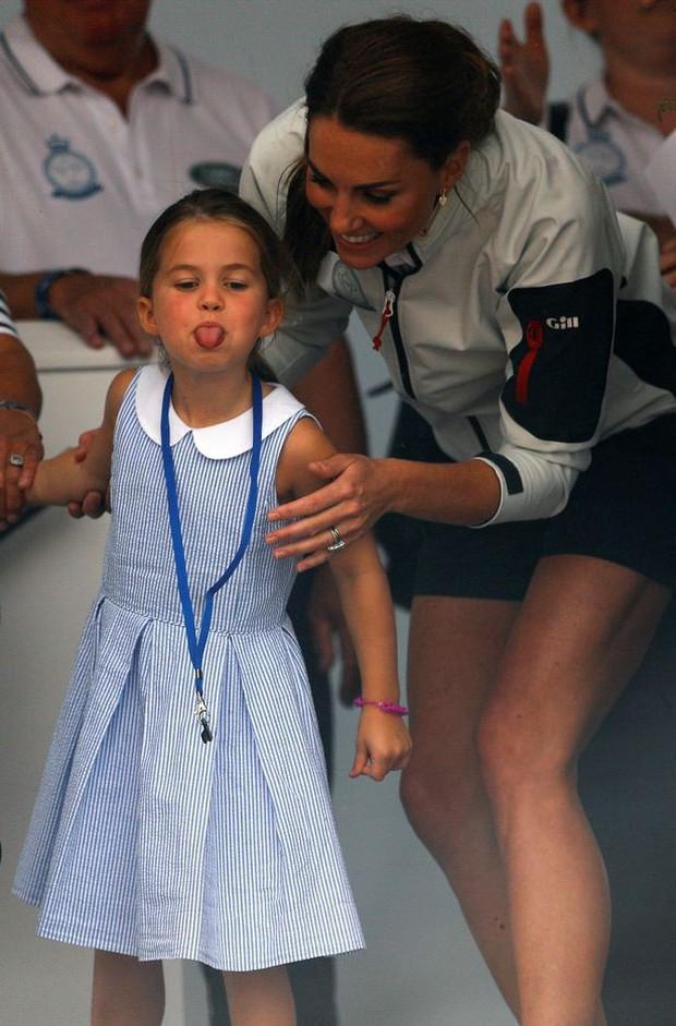Công chúa Charlotte lè lưỡi trêu ngươi đám đông, cách Kate Middleton xử trí khiến nhiều người thán phục - Ảnh 1.