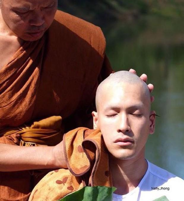 Dàn nam thần Thái siêu hot xuống tóc đi tu báo hiếu cha mẹ: Thay đổi ngoạn mục, gây sốt vì ngoại hình tự nhiên - Ảnh 11.