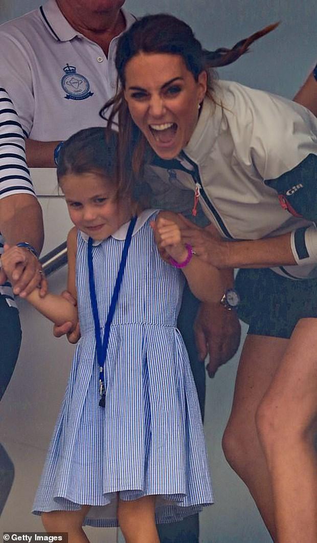Công chúa Charlotte lè lưỡi trêu ngươi đám đông, cách Kate Middleton xử trí khiến nhiều người thán phục - Ảnh 3.