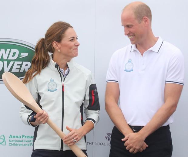 Sự thật đằng sau khoảnh khắc Công nương Kate ôm mặt xấu hổ, Hoàng tử William đứng bên cạnh không thể nhịn cười - Ảnh 4.