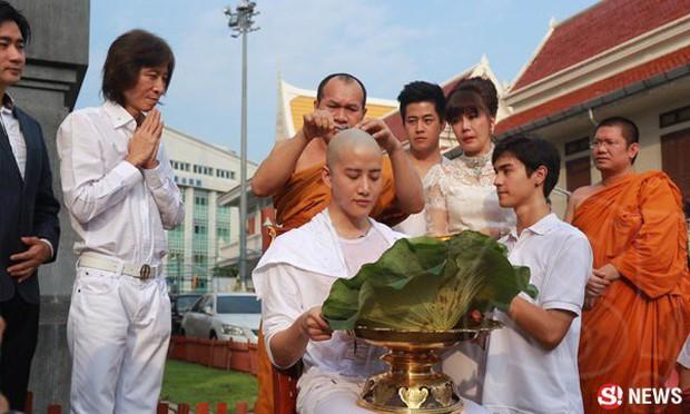 Dàn nam thần Thái siêu hot xuống tóc đi tu báo hiếu cha mẹ: Thay đổi ngoạn mục, gây sốt vì ngoại hình tự nhiên - Ảnh 5.