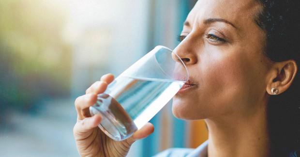 Thay đổi cách thức uống nước để tránh gây tổn hại lượng đường huyết, tim, thận và dạ dày - Ảnh 1.