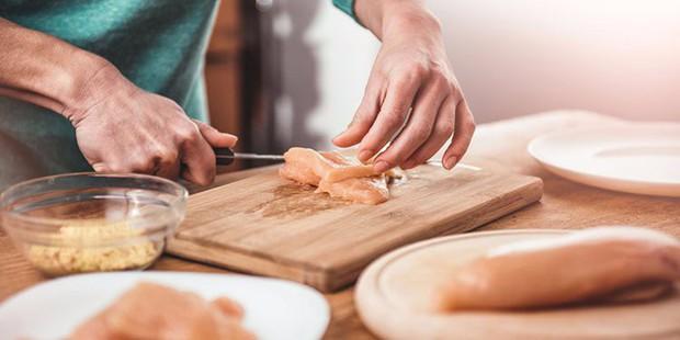 Loạt sai lầm tai hại khi chế biến thịt gà sống khiến bạn rước bệnh vào thân - Ảnh 1.
