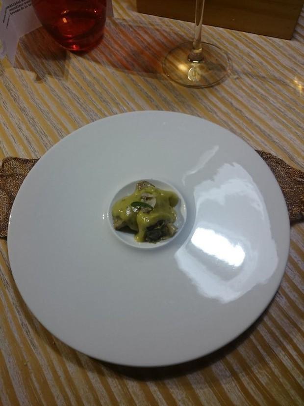 Muôn vàn tội ác trang trí đồ ăn: Từ lấy giầy đựng món khai vị đến đặt thức ăn trong bồn tiểu khiến thực khách phải rùng mình - Ảnh 11.
