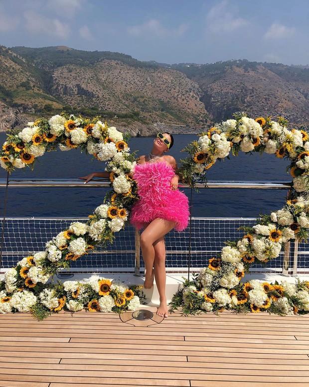Sinh nhật kiểu tỷ phú Kylie Jenner: Du thuyền 6000 tỷ, vòng kim cương siêu to khổng lồ, váy áo gần 1 tỷ và hơn thế nữa - Ảnh 1.