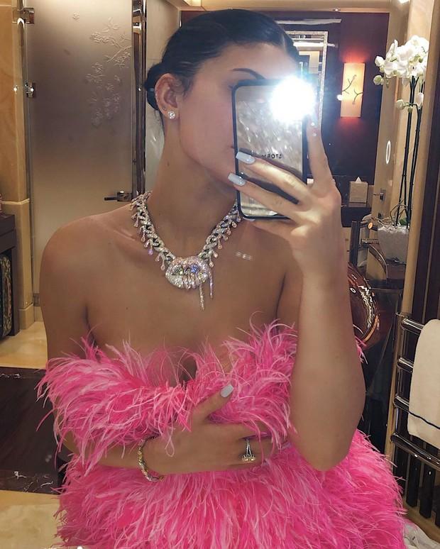 Sinh nhật kiểu tỷ phú Kylie Jenner: Du thuyền 6000 tỷ, vòng kim cương siêu to khổng lồ, váy áo gần 1 tỷ và hơn thế nữa - Ảnh 3.