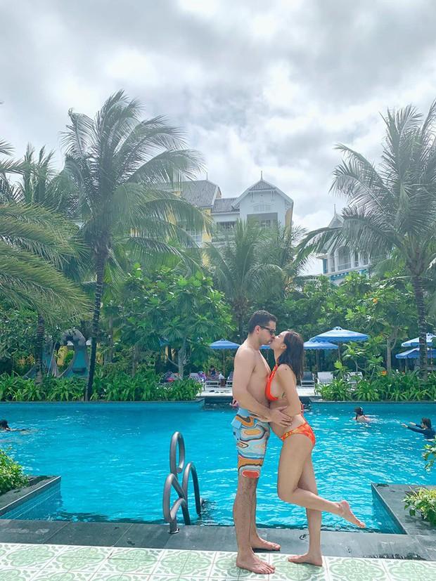 MC Phương Mai ôm bụng bầu hơn 5 tháng vẫn tự tin diện bikini khoe vóc dáng nuột nà bên chồng Tây - Ảnh 2.