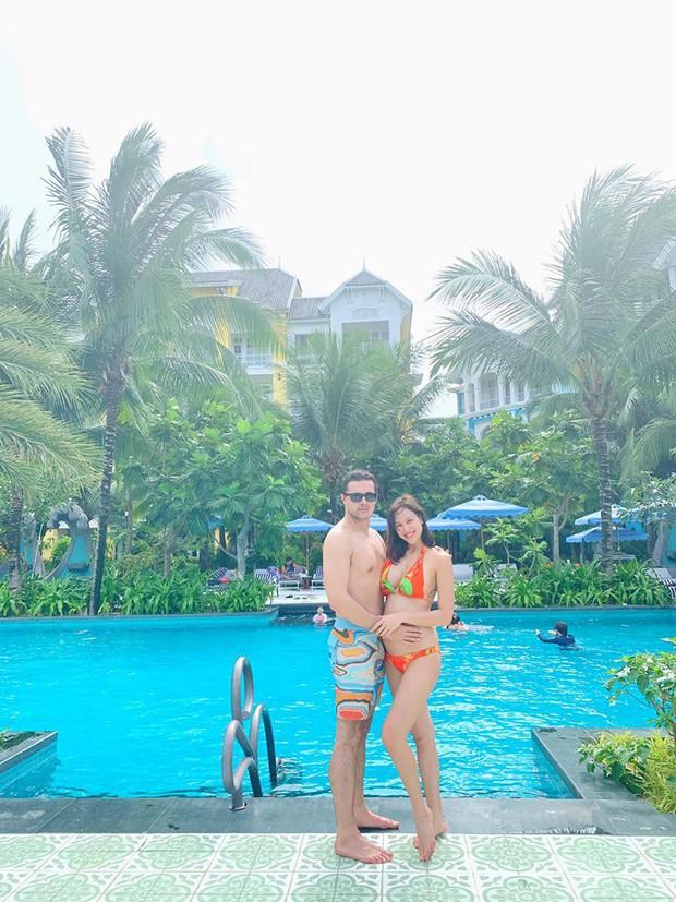 MC Phương Mai ôm bụng bầu hơn 5 tháng vẫn tự tin diện bikini khoe vóc dáng nuột nà bên chồng Tây - Ảnh 1.