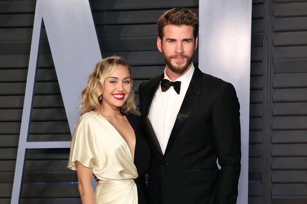 Ai ngờ rằng 1 thập kỷ yêu nhau của Miley Cyrus và Liam Hemsworth lại bắt đầu bằng cách bất ngờ thế này! - Ảnh 1.