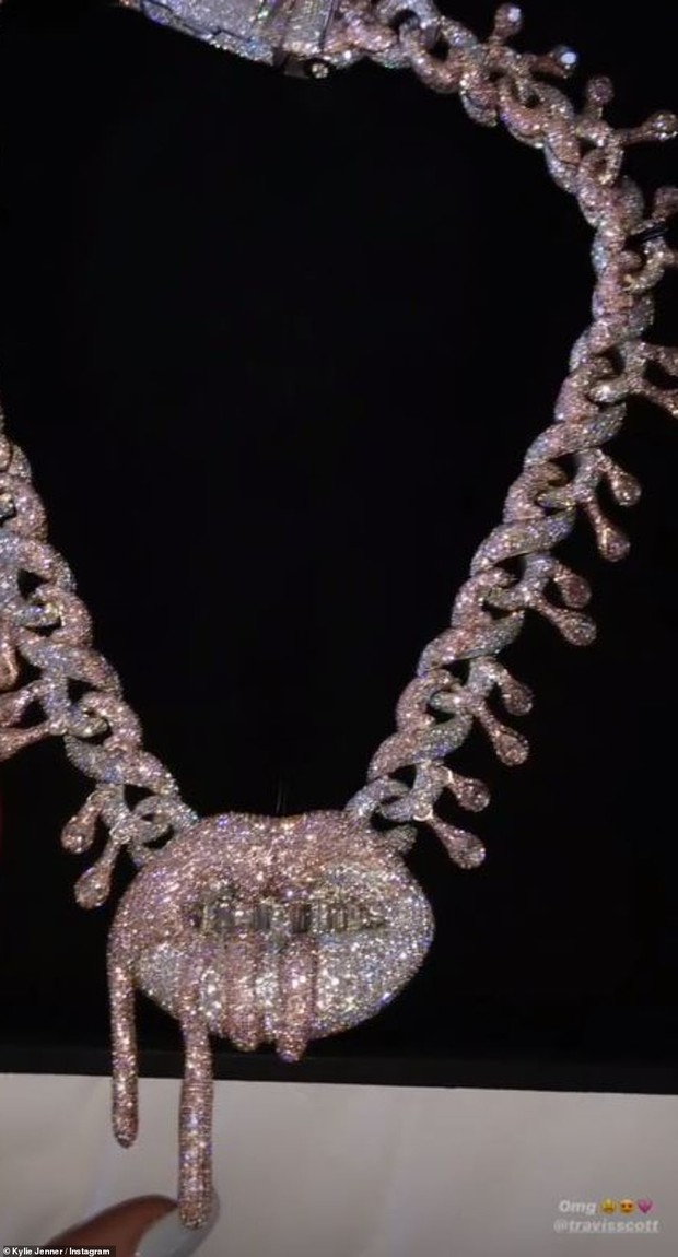 Sinh nhật kiểu tỷ phú Kylie Jenner: Du thuyền 6000 tỷ, vòng kim cương siêu to khổng lồ, váy áo gần 1 tỷ và hơn thế nữa - Ảnh 2.