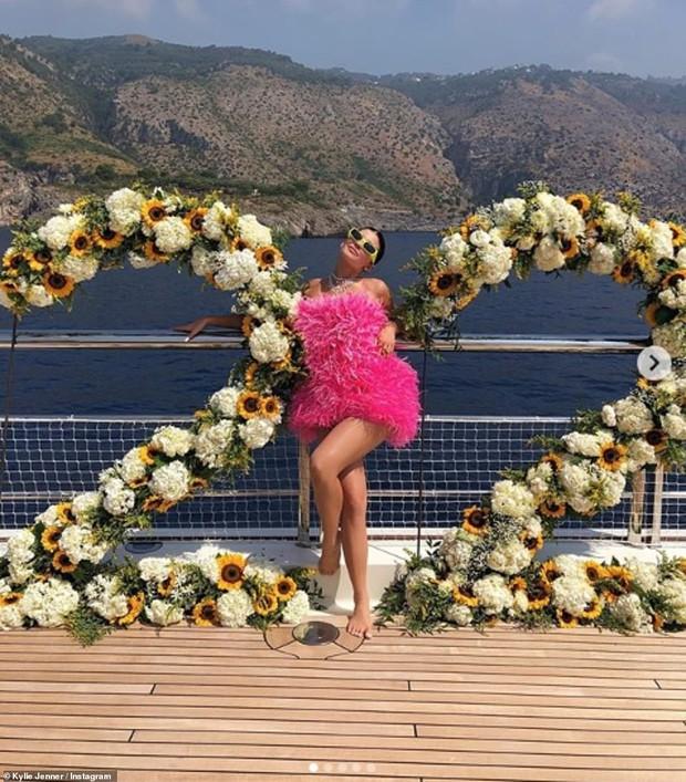 Sinh nhật kiểu tỷ phú Kylie Jenner: Du thuyền 6000 tỷ, vòng kim cương siêu to khổng lồ, váy áo gần 1 tỷ và hơn thế nữa - Ảnh 5.