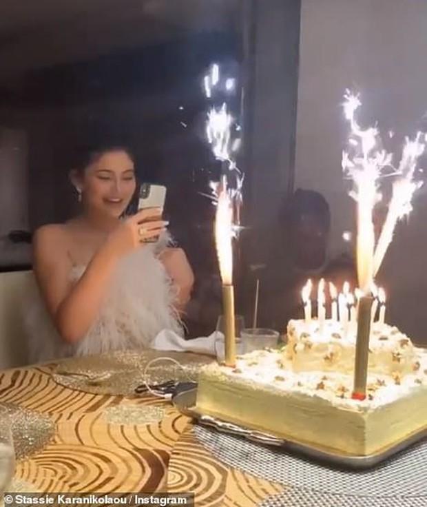 Sinh nhật kiểu tỷ phú Kylie Jenner: Du thuyền 6000 tỷ, vòng kim cương siêu to khổng lồ, váy áo gần 1 tỷ và hơn thế nữa - Ảnh 7.