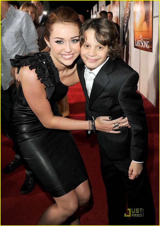 Ai ngờ rằng 1 thập kỷ yêu nhau của Miley Cyrus và Liam Hemsworth lại bắt đầu bằng cách bất ngờ thế này! - Ảnh 3.