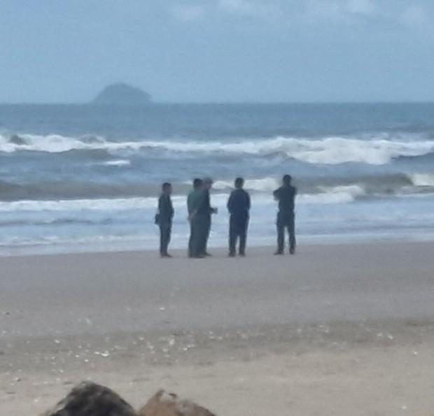 Vụ khách du lịch chết đuối ở biển Bình Thuận: Nỗ lực tìm 2 người mất tích - Ảnh 2.