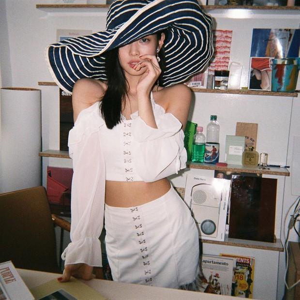 Tưởng đâu đụng hàng Jennie, ai ngờ váy Amee mặc lại là váy nhái? - Ảnh 2.