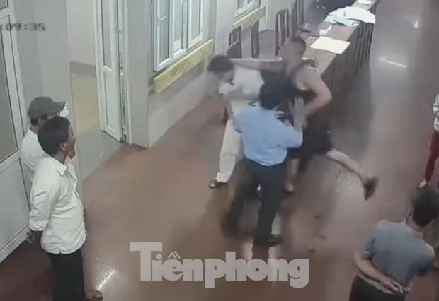 Tạm giữ hình sự đối tượng hành hung bác sĩ tại bệnh viện đa khoa Ninh Bình - Ảnh 2.