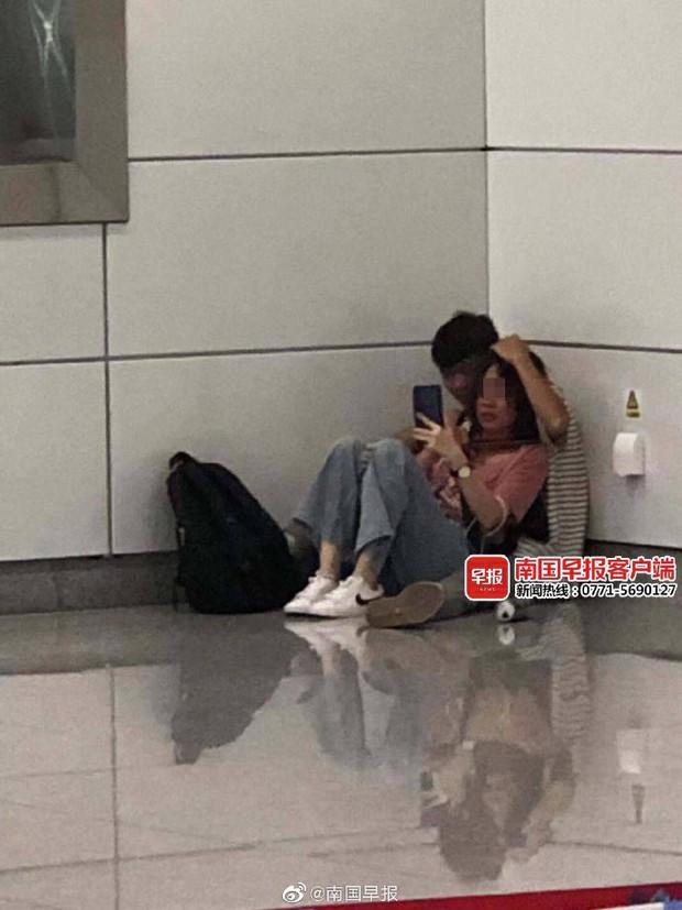 Phát hiện cặp đôi ngồi trong góc trạm tàu điện ngầm, tưởng cảnh yêu đương lãng mạn nhưng hóa ra là vụ uy hiếp nguy hiểm như phim hành động - Ảnh 1.
