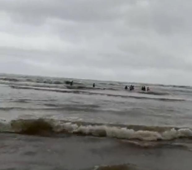 Vụ khách du lịch chết đuối ở biển Bình Thuận: Nỗ lực tìm 2 người mất tích - Ảnh 5.