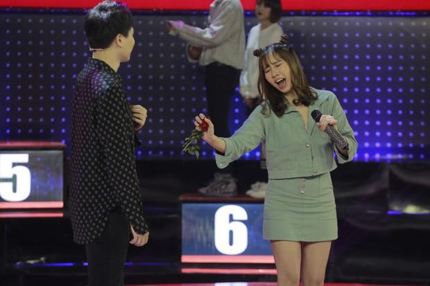 """Giọng ải giọng ai: Trấn Thành """"nóng mặt"""" khi Hari Won song ca với trai đẹp - Ảnh 2."""