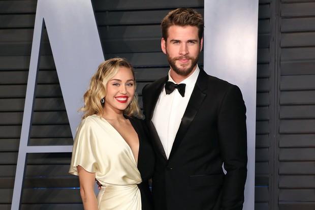 SỐC: Miley Cyrus và Liam Hemsworth xác nhận chia tay sau gần 1 năm kết hôn, và dấu hiệu lại từ chiếc nhẫn cưới - Ảnh 1.