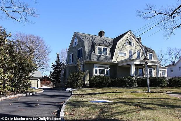 Suốt 5 năm nhận thư đe dọa, gia đình chịu lỗ hàng tỷ đồng bán đi ngôi nhà của người canh gác đầy bí ẩn - Ảnh 3.