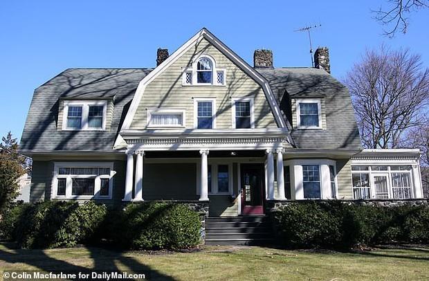 Suốt nhiều năm nhận thư đe dọa, gia đình chịu lỗ 8 tỷ bán đi ngôi nhà của người canh gác bí hiểm bậc nhất nước Mỹ - Ảnh 1.