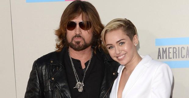 Nghịch lý gia đình Miley Cyrus: cô con gái trượt dốc không phanh, ông bố vừa mới đem về kỉ lục chưa từng có trong làng nhạc! - Ảnh 3.